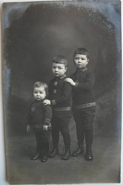 Saint-Ghislain : Trois enfants - Photo d'Omer Bonbled - Photographe de la S.A. la Princesse de Ligne.